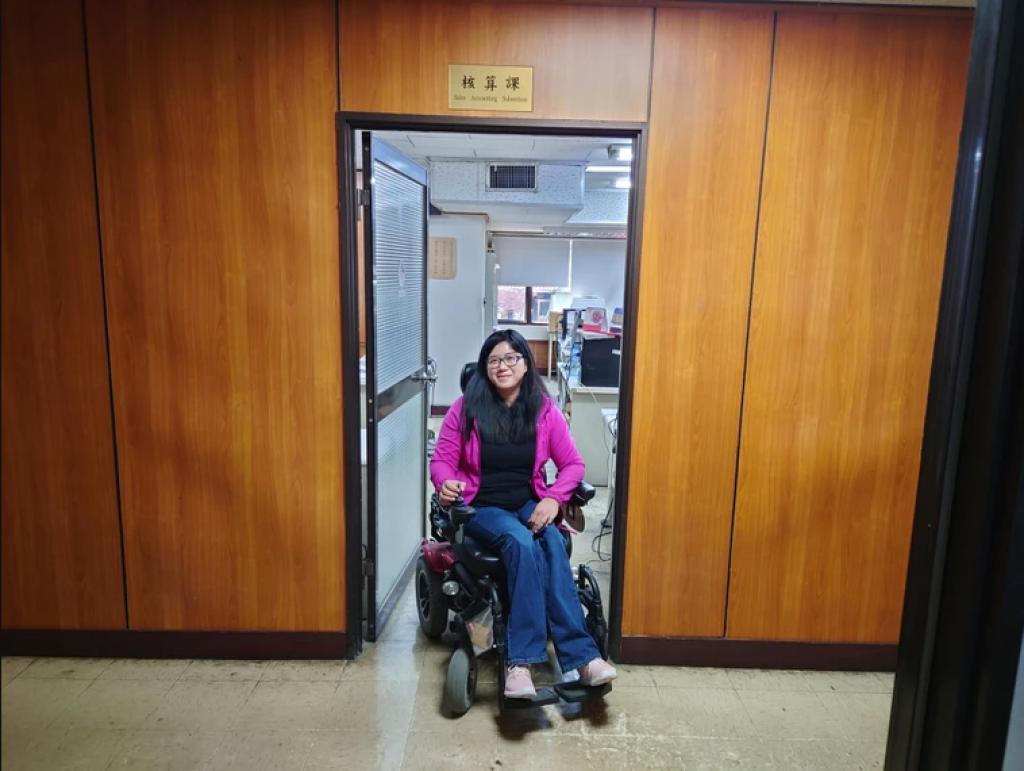 透過職務再設計提供電動輪椅,欣茹可在辦公區域可自由移動。