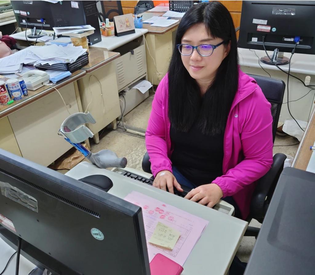 新北肢障女遇工作困境 職場再設計「改造」添自信獲勞工楷模