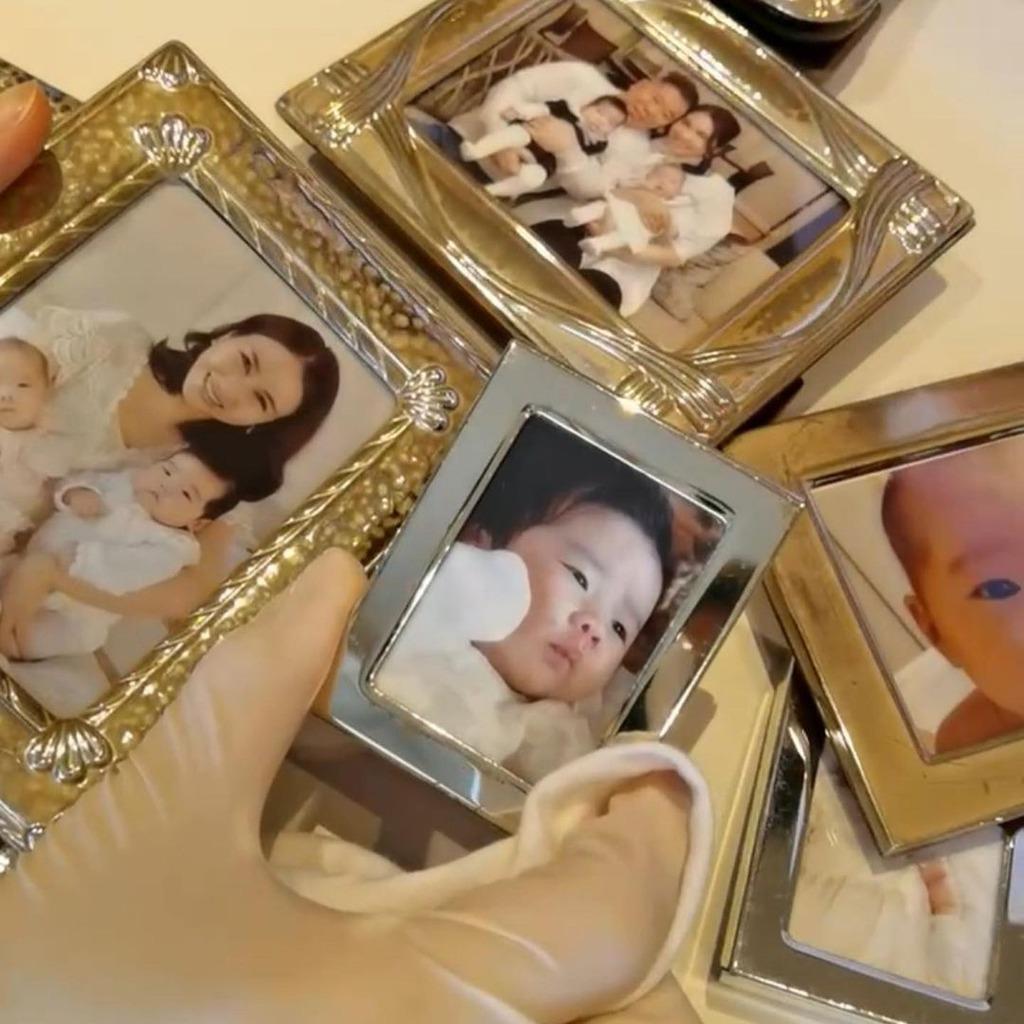 黎姿整理相架,罕有曬出初為人母時馬廷強的合照。(IG圖片)