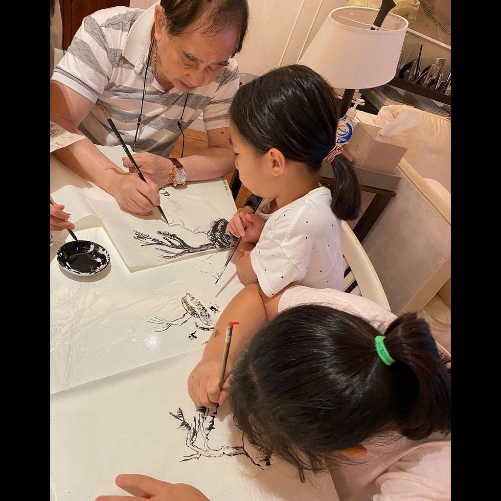 公公黎柱教3個孫女畫國畫。(IG圖片)