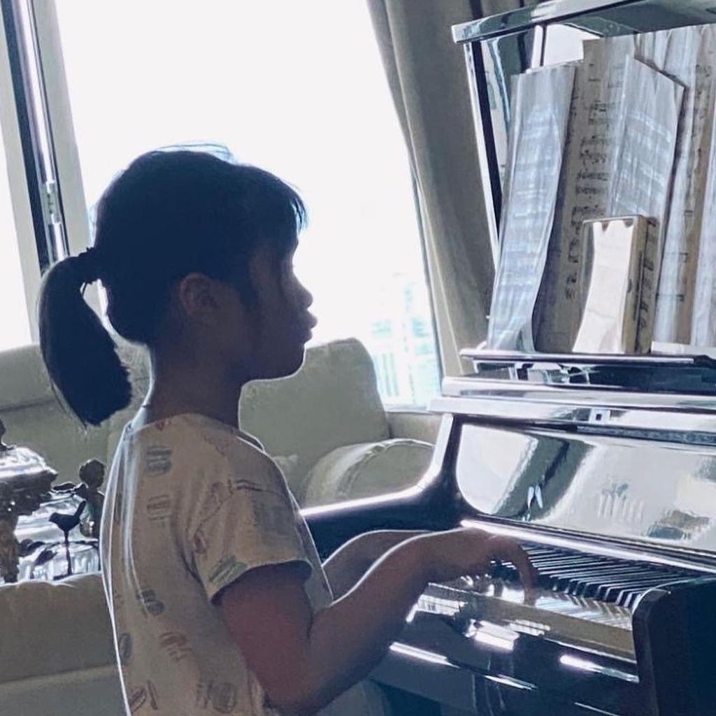 練習彈鋼琴。(IG圖片)