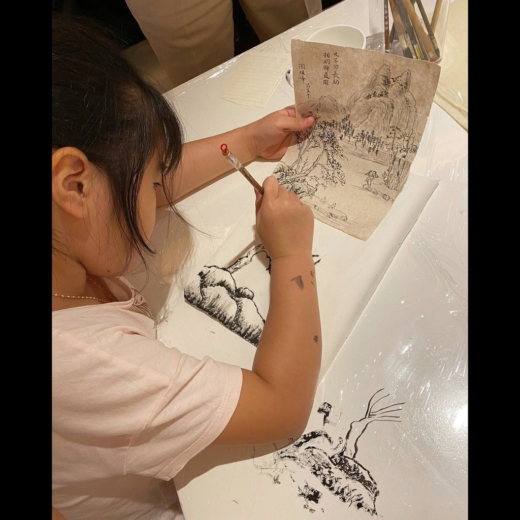 孫女用心學習國畫。(IG圖片)