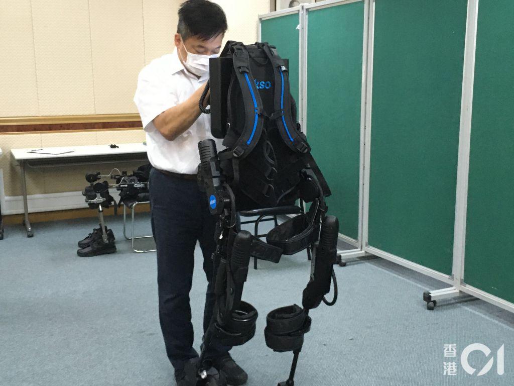 機械腳則可按患者的能力「度身訂造」地訓練,當患者只餘下20%肌肉活動能力,機械腳經調校後可協助他餘下的80%力量。(朱海棋攝)