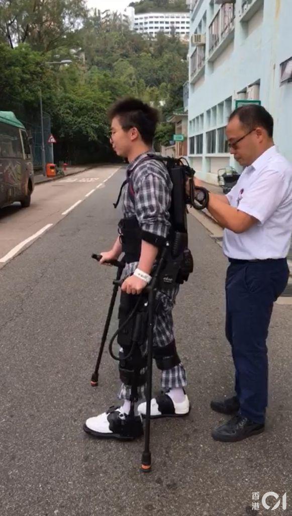 患者使用機械腳時亦可以過馬路。(麥理浩復康院提供)