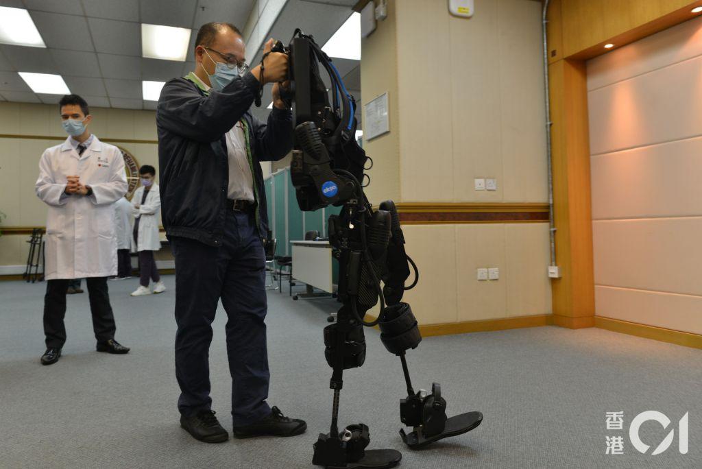 機械腳則可按患者的能力「度身訂造」地訓練,當患者只餘下20%肌肉活動能力,機械腳經調校後可協助他餘下的80%力量。(麥理浩復康院提供)