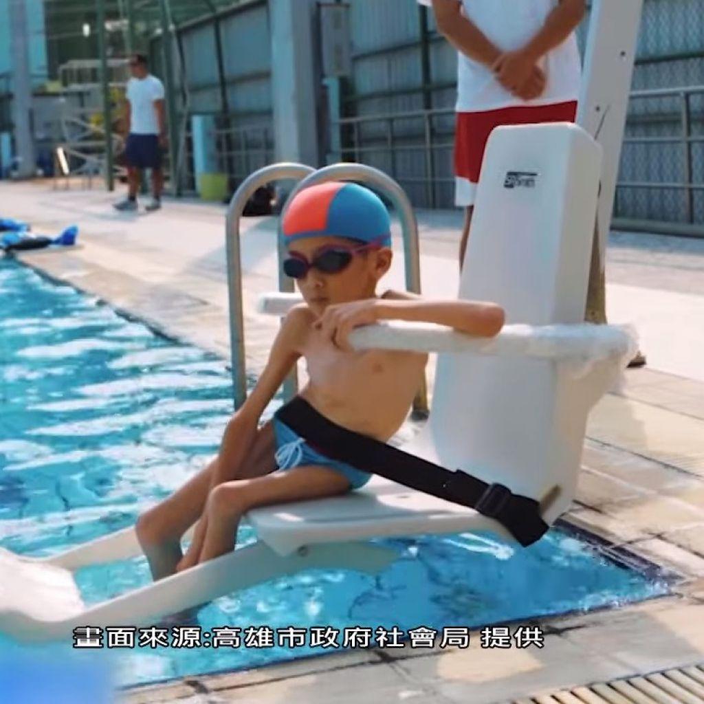 雖然痛,但翊倫要透過游泳的擴胸運動維持生命。