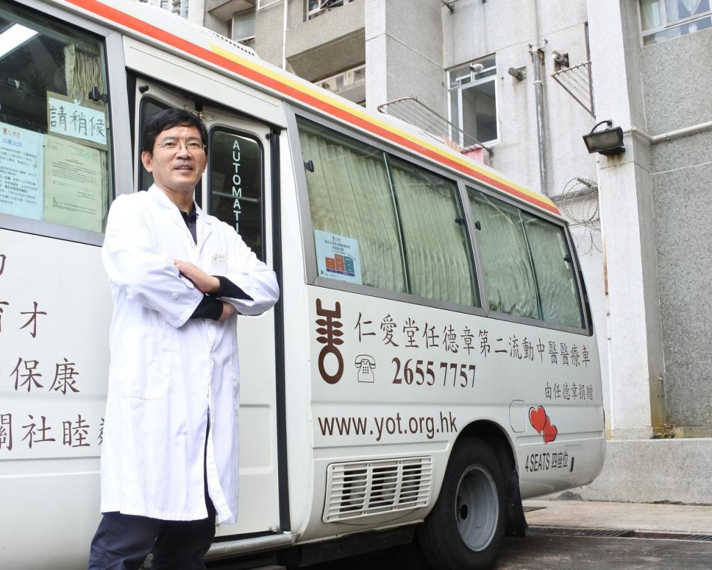 陳則翔中醫師自2003年仁愛堂首創流動中醫醫療車服務開始,服務至今達18年。(仁愛堂提供)