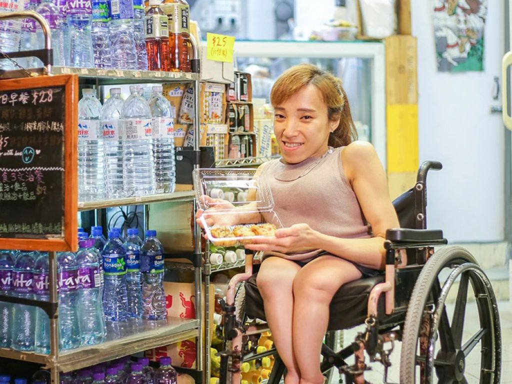Nikita出世不久就被醫生發現患上俗稱「玻璃骨」的成骨不全症,出入要靠輪椅扶助,但輪椅亦沒有阻礙她的人生步伐,最近她在新蒲崗開了一間外賣店。