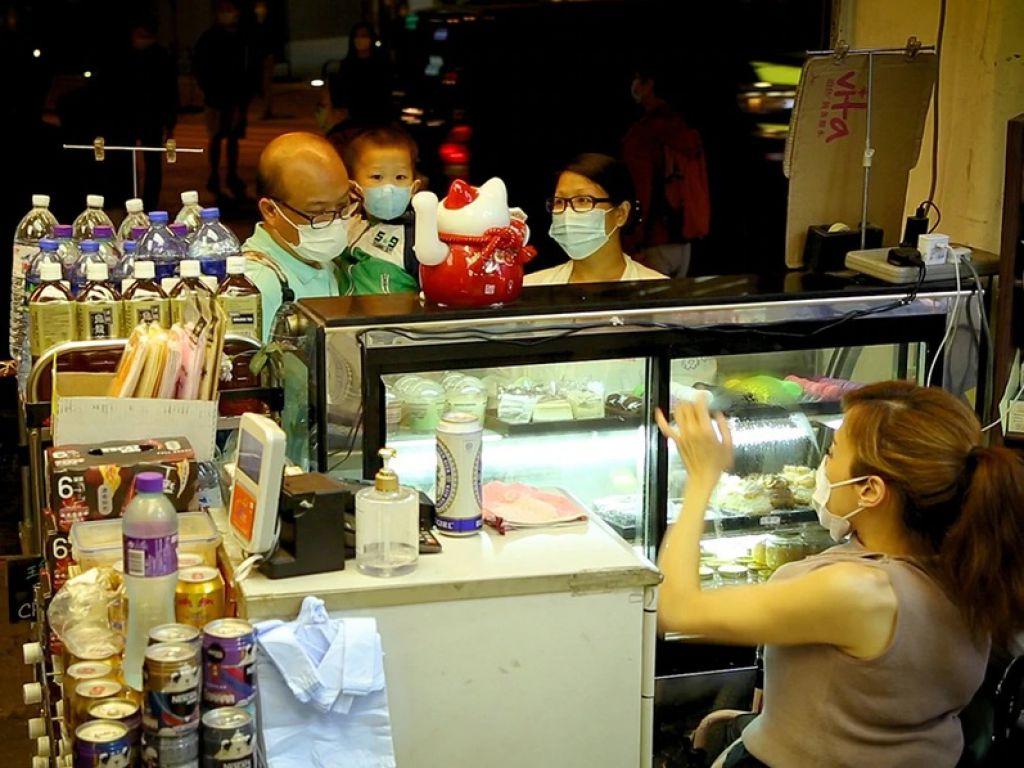 Nikita在店內打理舖頭大小事,煮食收錢也一手包辦。