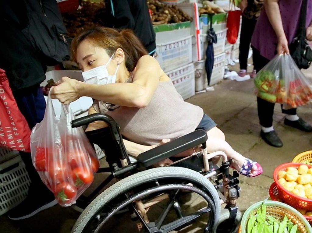 平日以巴士代步的Nikita,每日親自購買新鮮食材。「很多人都說坐輪椅很不方便,其實坐輪椅都有很多好處,例如排隊時,其他人會覺得企得太久很累、很辛苦,我就有私人自備的椅子可坐。」