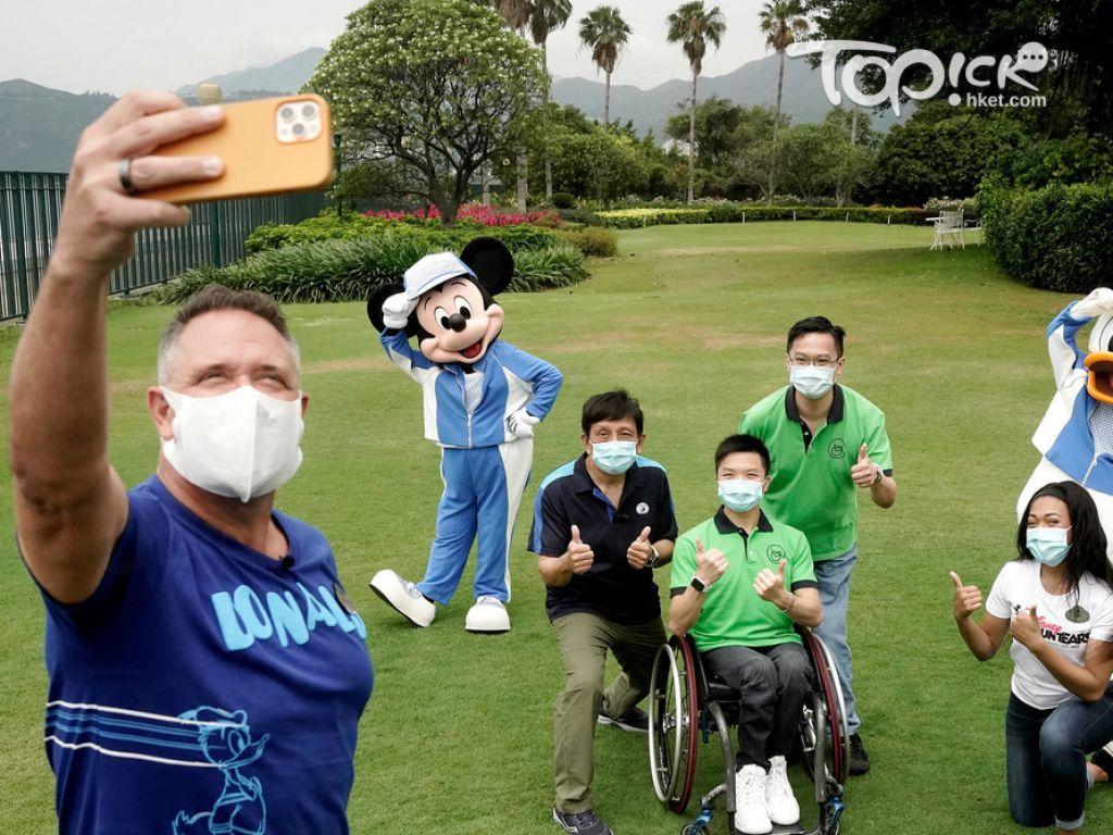 香港迪士尼樂園行政總裁莫偉庭與計劃參與者自拍。