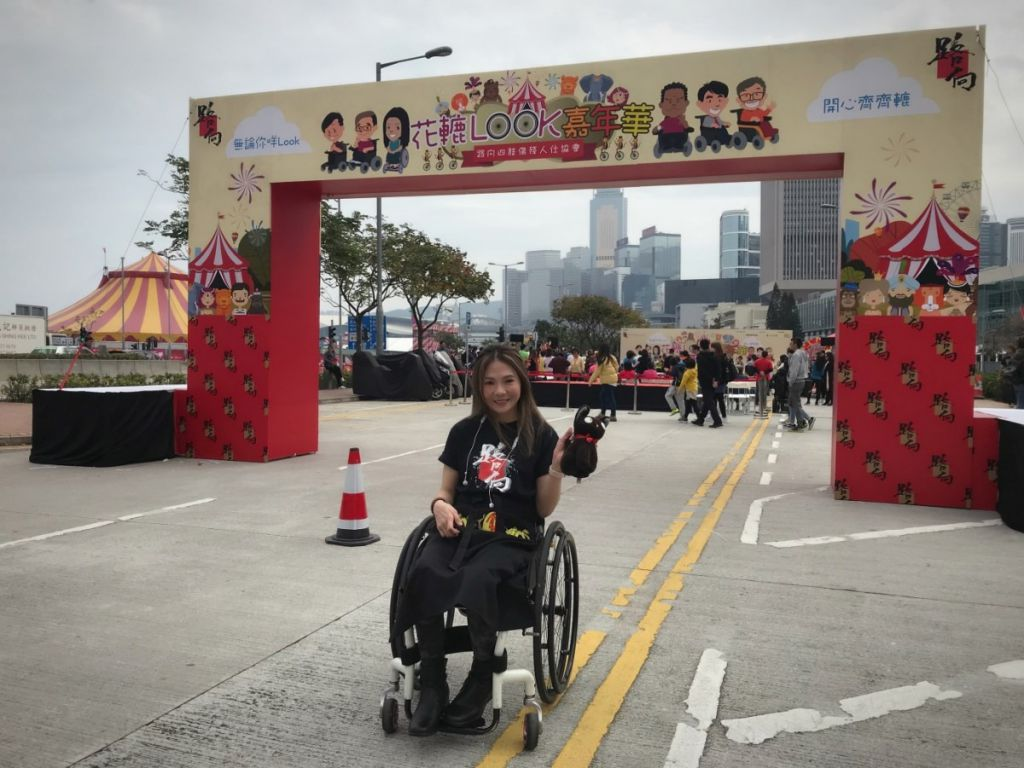 雖然行動不便,但Rabi依然精靈好動,曾參與路向四肢傷殘人士協會舉辦「花轆Look嘉年華」。現場既有輪椅花車巡遊,也有花車展覽、攤位遊戲等。