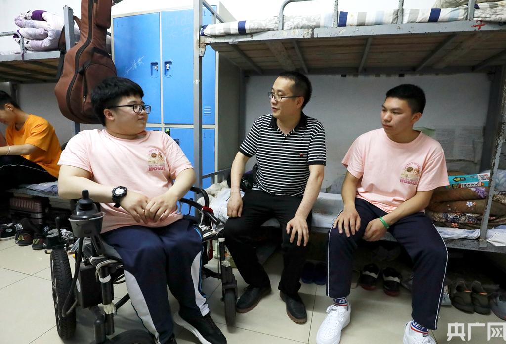高考前夕,班主任丁幫海(中)特意來到潘仁東(右一)寢室看看他。