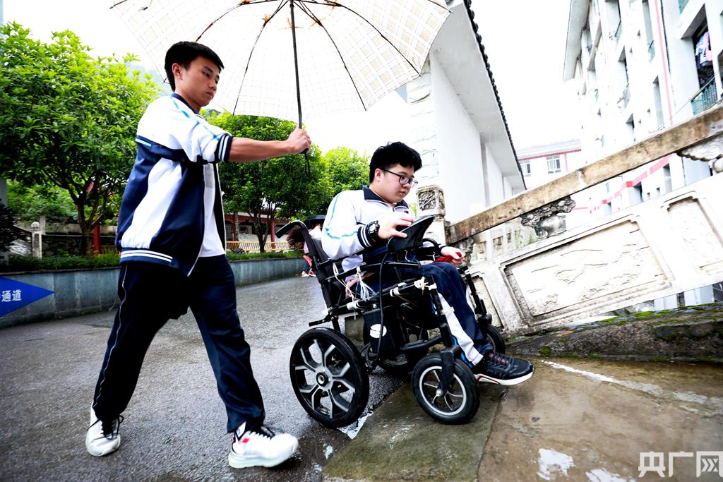 校園裡,只要有潘仁東在的地方總能看到熱心的同學們幫助他的身影。