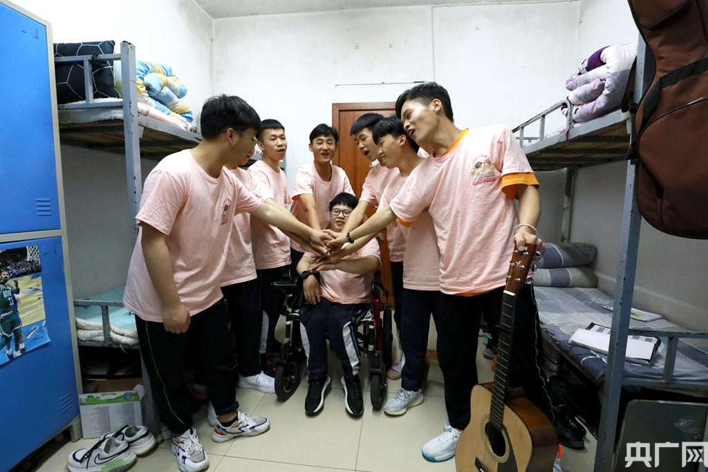 潘仁東和室友們一起為高考加油鼓勁。