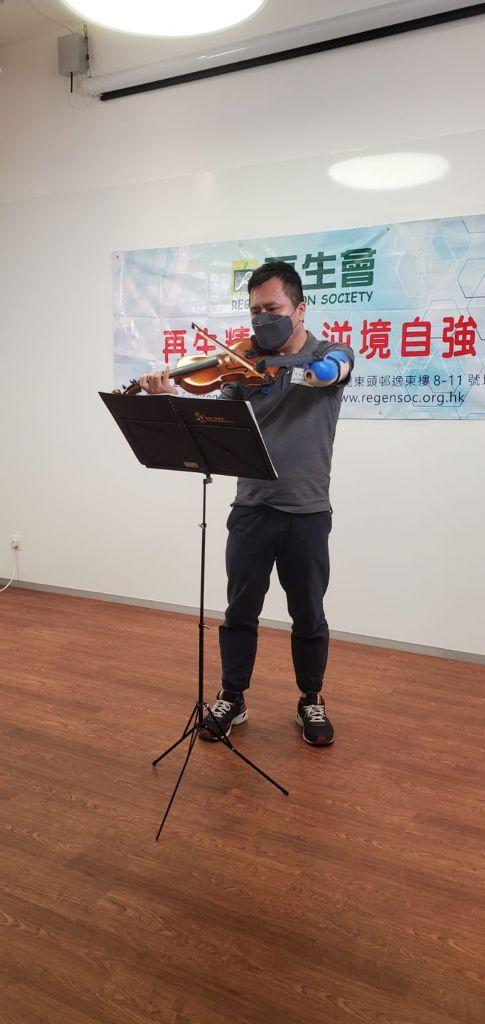 岑幸富以小提琴演奏《父母恩》一曲,與各位提早慶祝父親節。