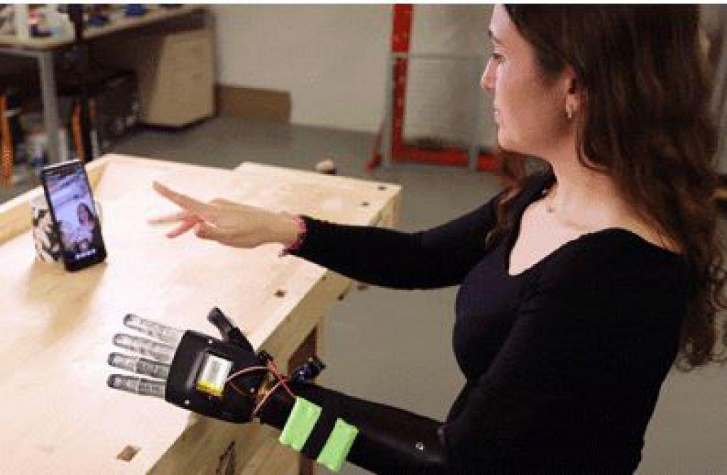 一名用戶正在演示MediaPipe手部系統能以多快的速度將真實手指動作轉化為假肢手指的動作。