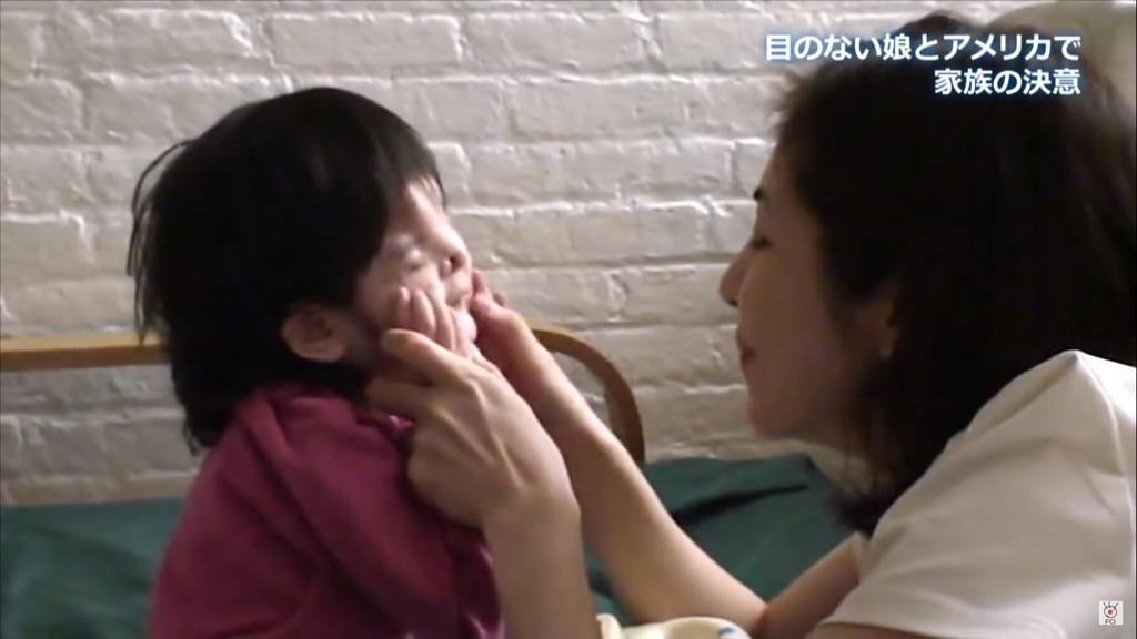 千璃小時候,媽媽會輕拍她的臉龐。
