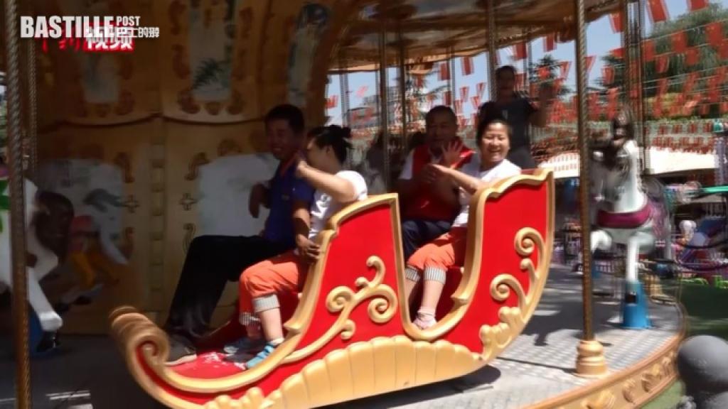 腦癱孖生姐妹坐輪椅難出行 的士司機免費接載帶出外