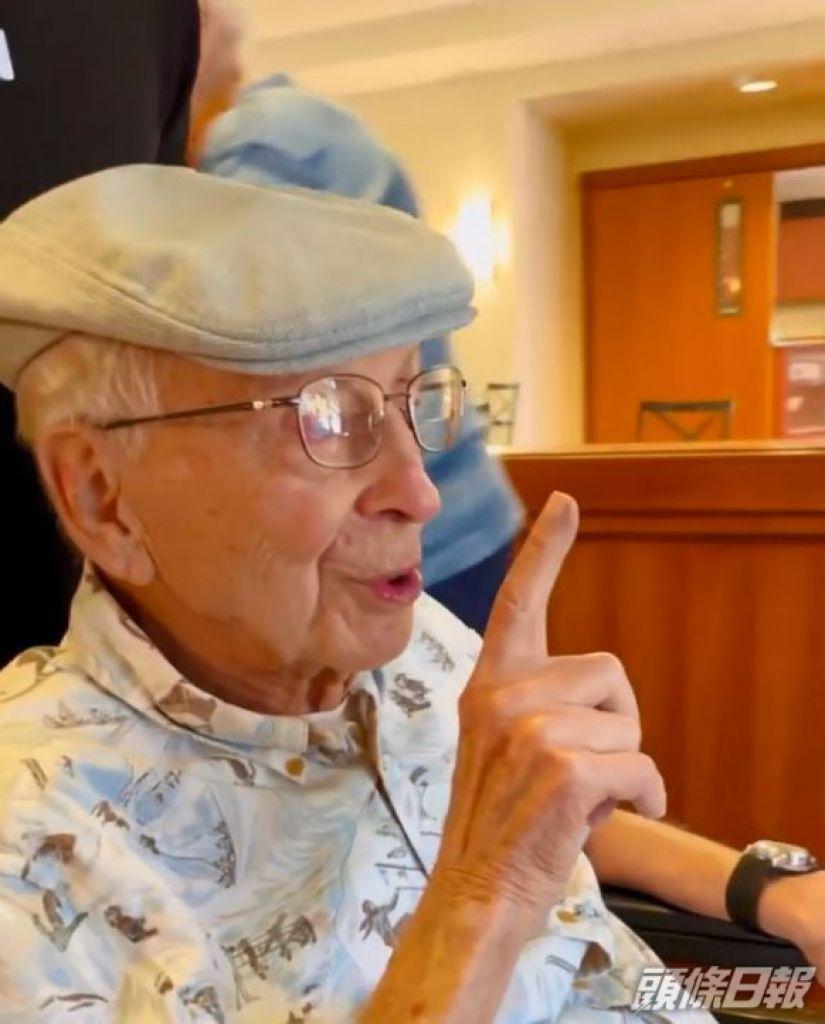 爺爺做手勢叫啲人咪多事。