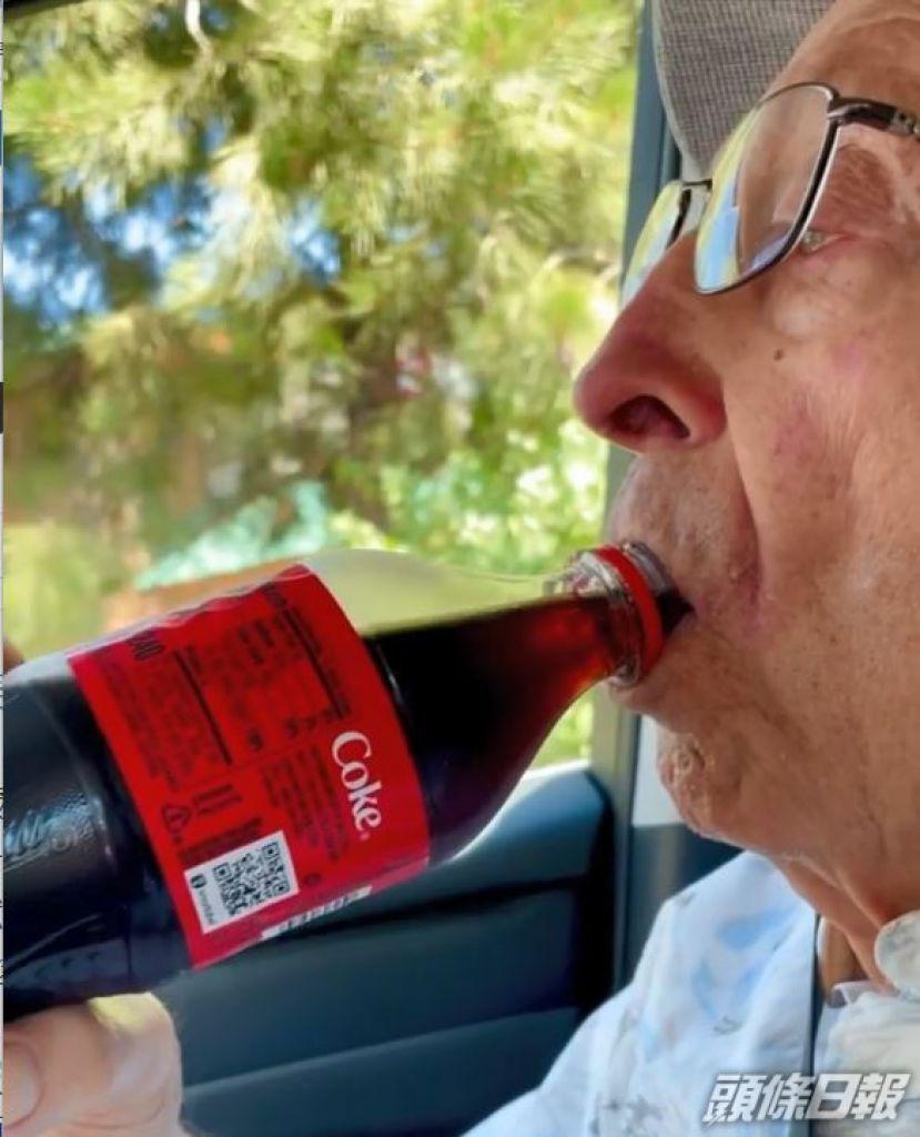 爺爺一上車就飲汽水。