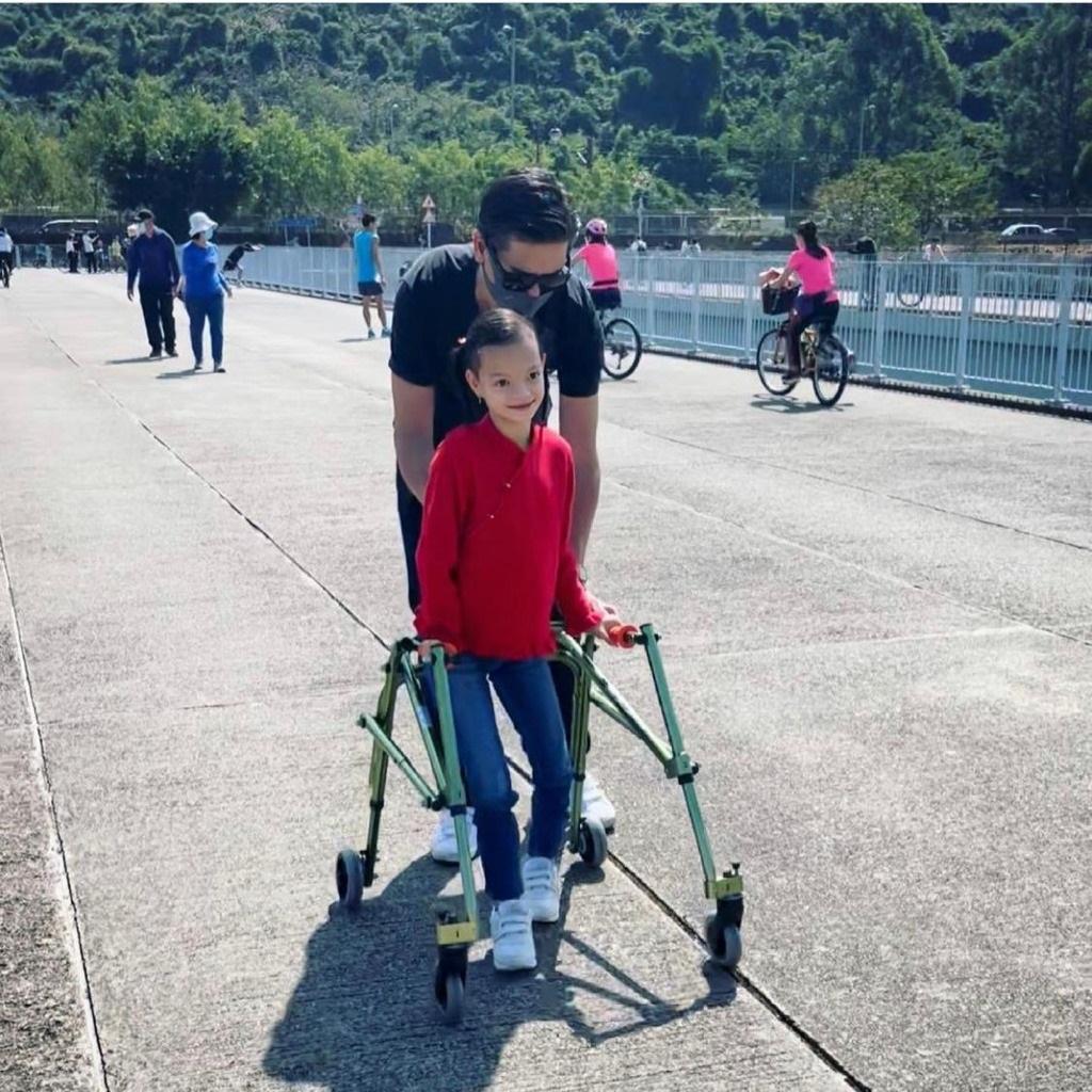 Isabella可以用鐵架走路。