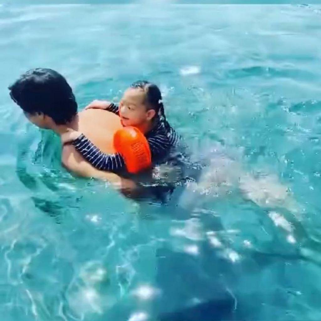 今年5月時,要爸爸揹著游水。