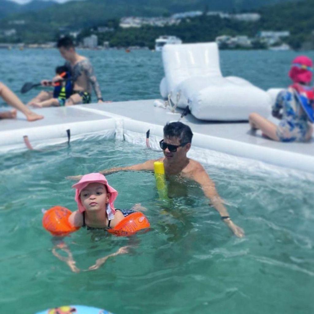 女兒能在水中游泳,也是一大進步。