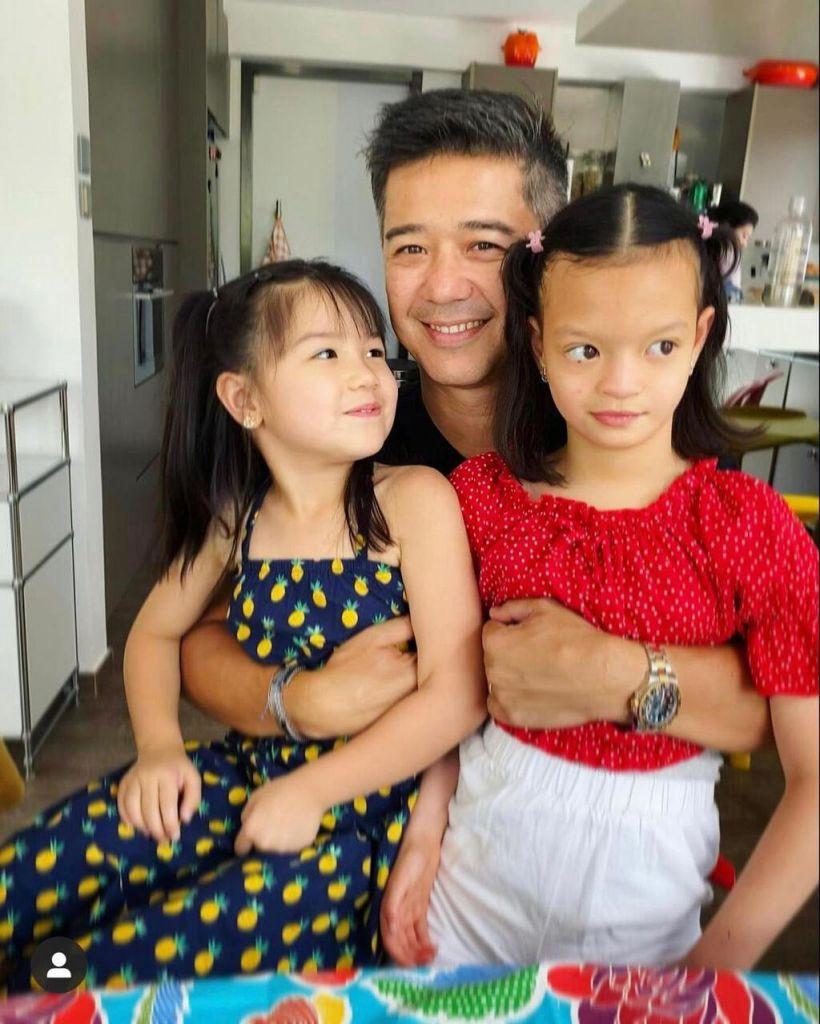 Isabella與妹妹及爸爸合照。