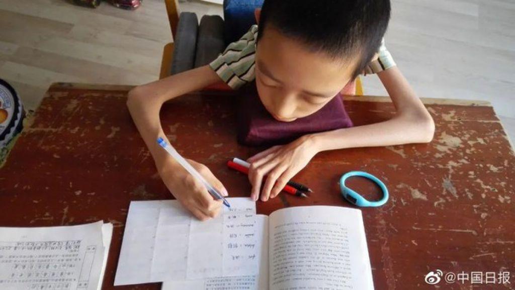 邢益凡無懼身體狀況限制,中考及高考皆拿下優異成績。