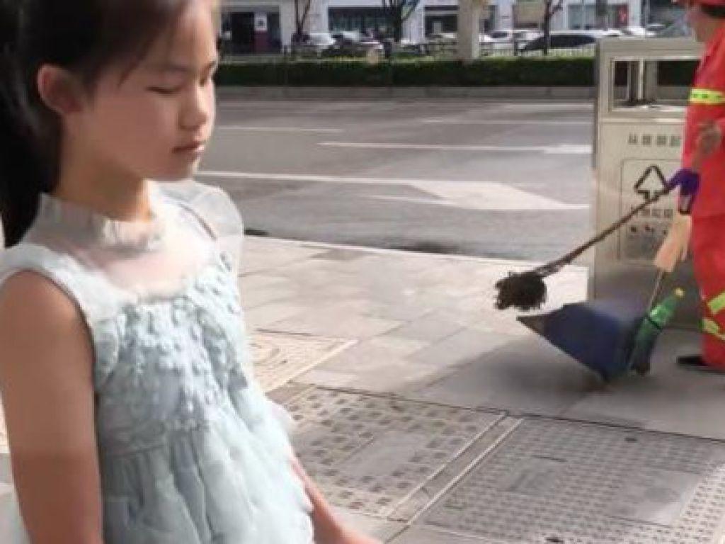 視障女孩鄧穎第一次獨自用手仗外出。