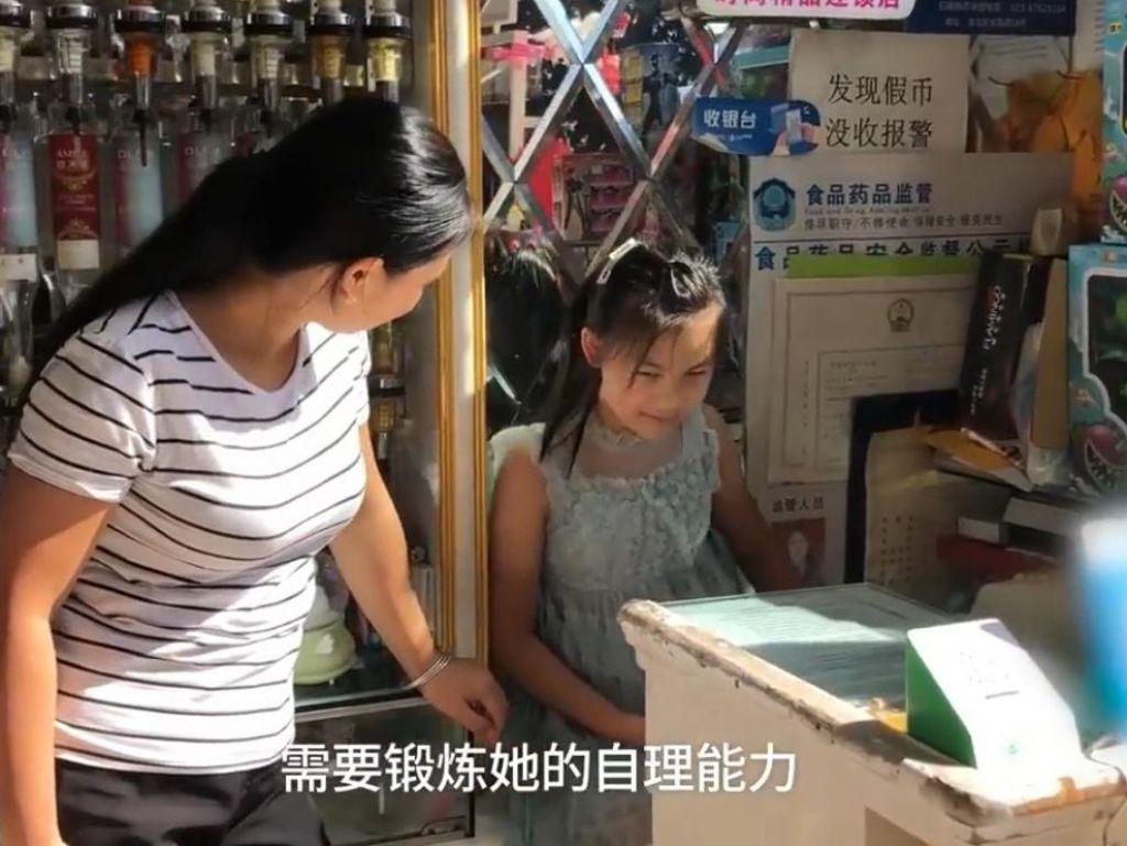 媽媽在親戚的雜貨店打工,有更多時間照顧女兒。