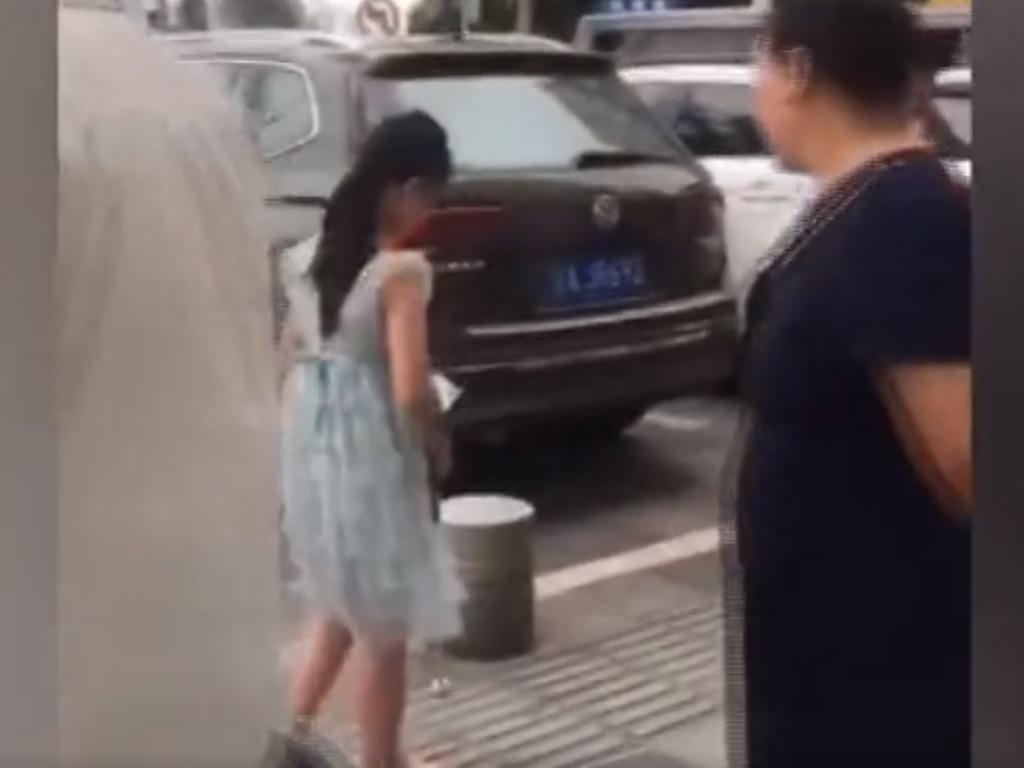 路人對視障女孩鄧穎感到好奇。