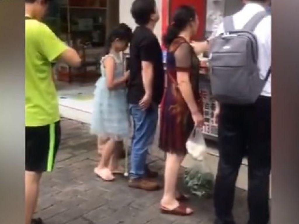 鄧穎成功到麵包店,可是不小心撞到前方排隊的人。