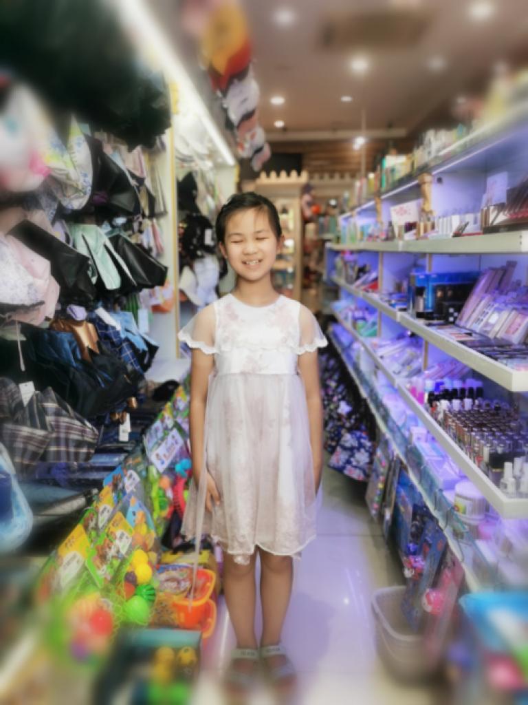 視障女孩鄧穎感謝媽媽的用心照顧,會在雜貨店幫忙。