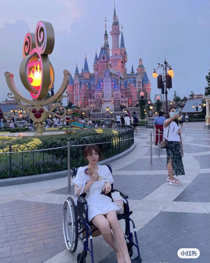 【道德爭議】少女怕攰租輪椅玩迪士尼遭批評 網上發文寫成遊園攻略:讓男朋友推著我走路