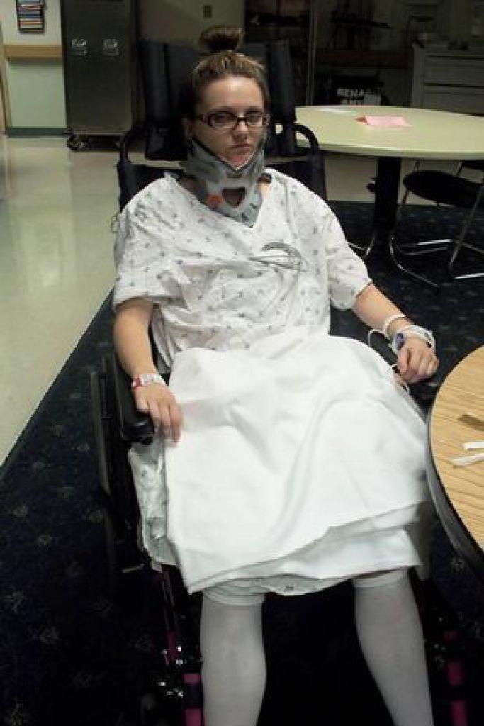Josey受傷後需佩戴頸托2個半月,並且要接受金屬板植入下巴手術。(網上圖片)