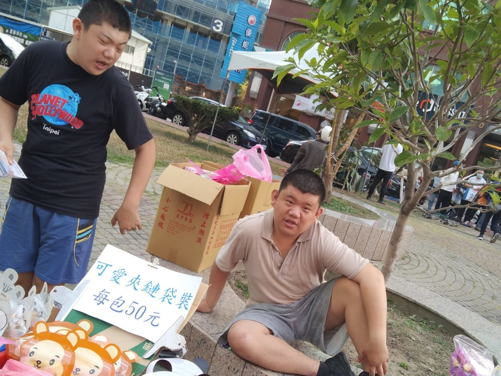 兩兄弟幫媽媽擺攤。(facebook圖片)