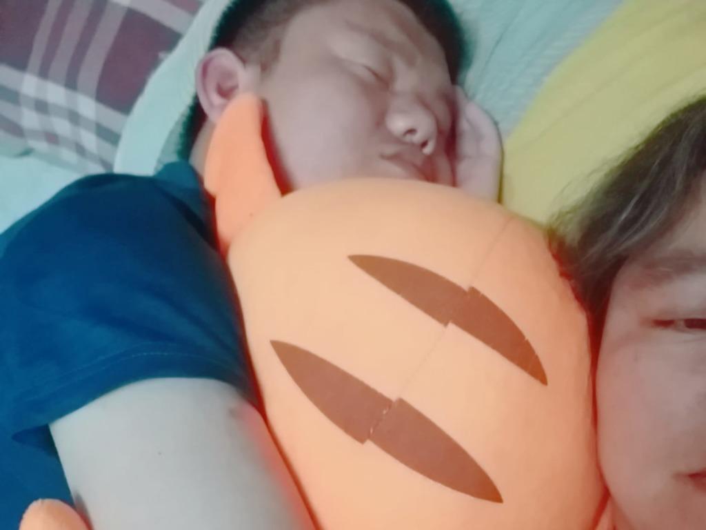 兒子很可愛,睡覺也要貼著媽媽。(facebook圖片)