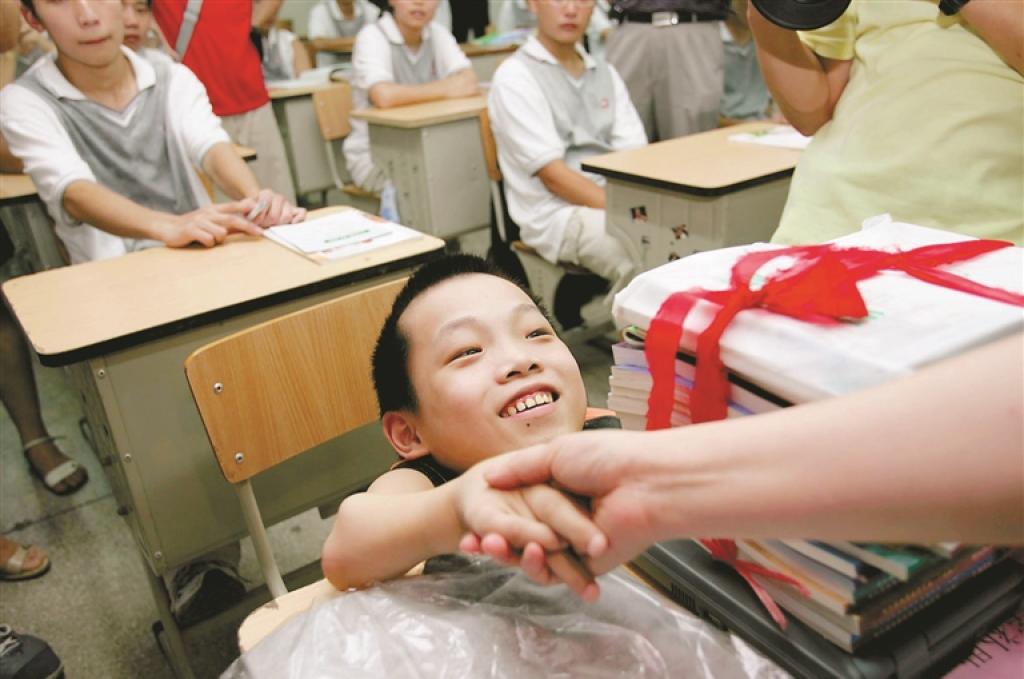 陳彬努力學習,堅持讀完小學及初中的課程。(新華報業網)