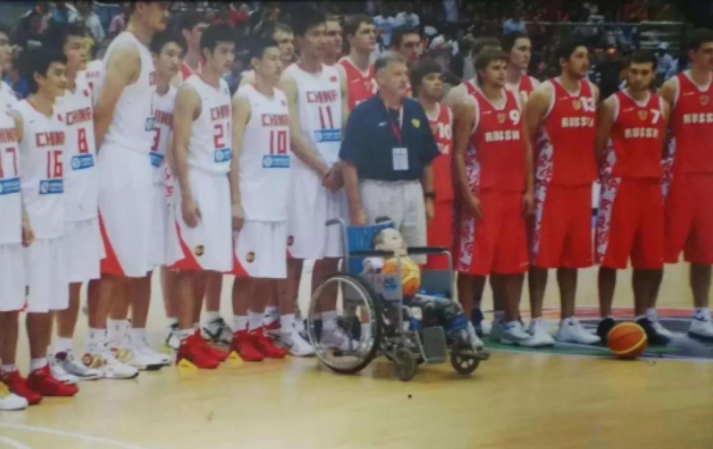 姚明送陳彬全隊的的簽名籃球。(圖片來源:新華報業網)