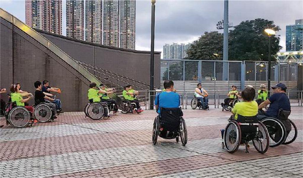 為免運動場太擠迫,部分輪椅跑步隊成員會分流去跑街。