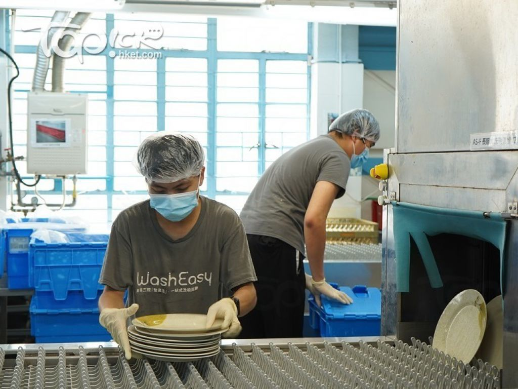 員工正在員工正在檢查餐具,準備入貨。