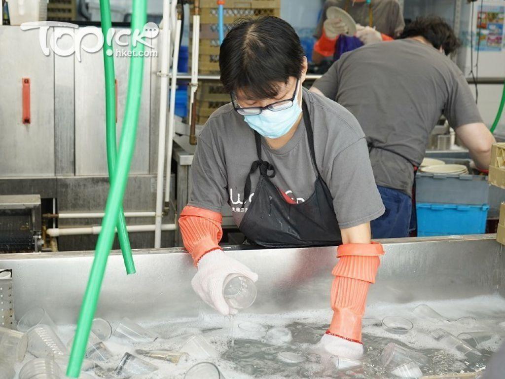 洗碗有五個工序:去除渣滓、在水池浸洗、在洗碗碟機清洗、分類檢查、包裝入貨。員工正在浸洗餐具。