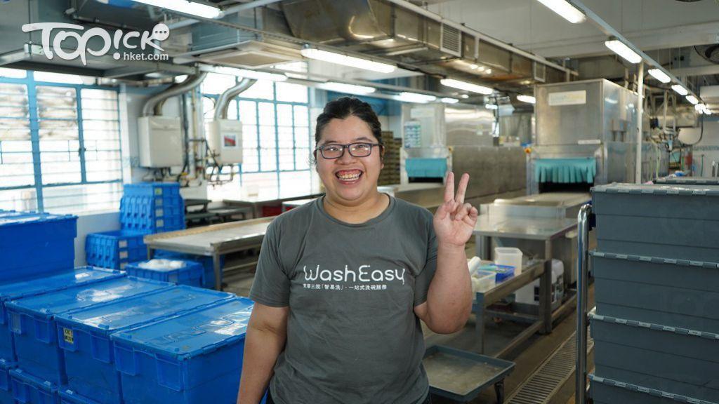 陳家琪為輕度智障人士,在「智易洗」洗碗工場工作了4年多。曾被快餐店嫌「手腳慢」而遭解僱的她,目前成為洗碗團隊的「小班長」。