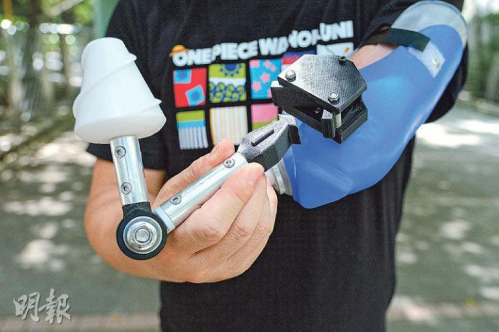 萬能插頭——新型義肢底座有個萬能插頭,按下按鈕就能輕鬆拆除工具,方便替換。圖為發球器,其螺旋紋能固定羽毛球,方便發球。