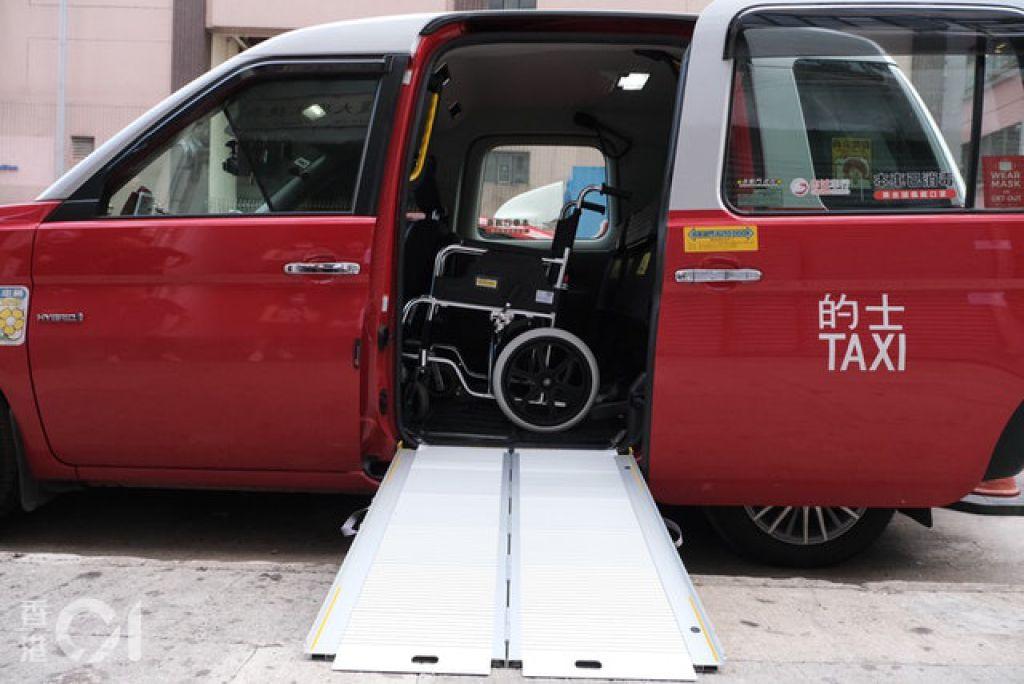 輪椅乘客若乘坐混能的士,需要由側門上落,進入車廂後再轉90度至面向前方,由於車廂擠逼,若輪椅太大就無法乘坐。