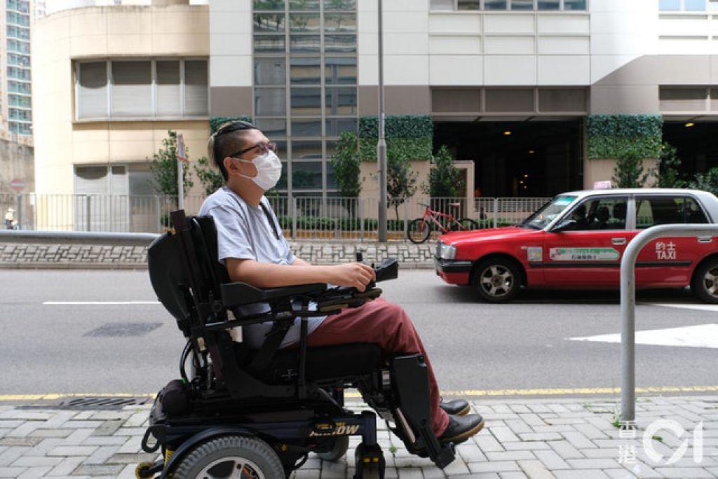 蘇永通無奈指,輪椅人士被拒載情況普遍,司機往往有不同藉口,「我呢架車無嗰塊斜板、唔識整......」。