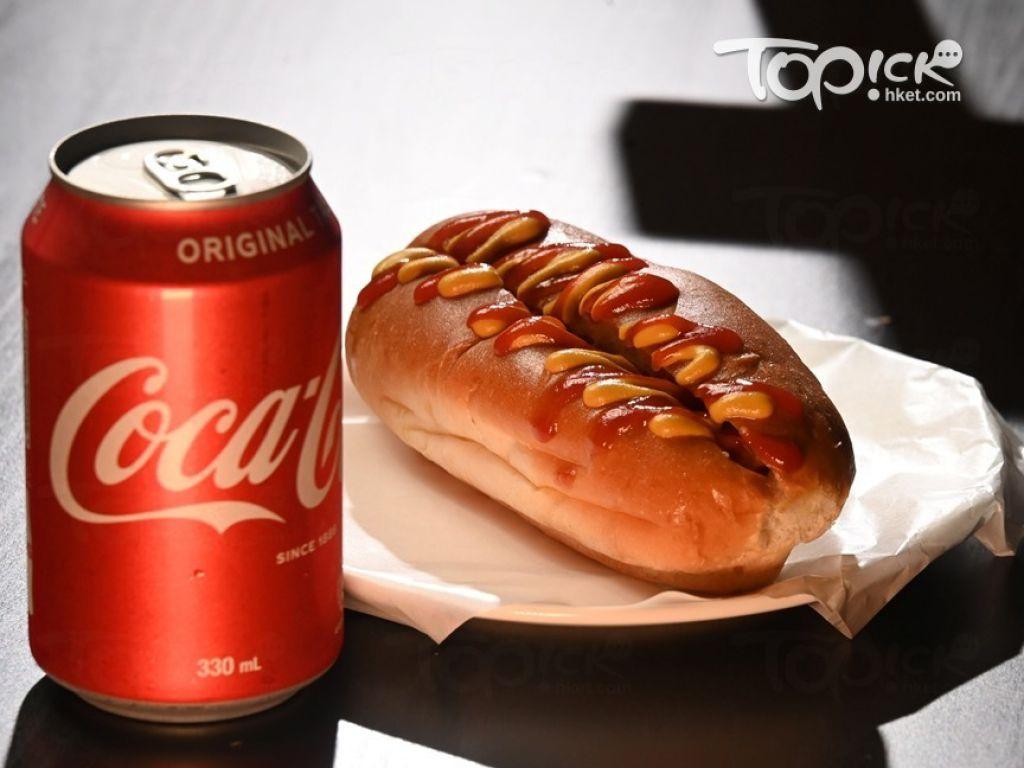 馳名港狗($9):店中最抵食的熱狗,以法蘭克福肉腸配芥辣及茄汁,或以套餐價$13配飲品。