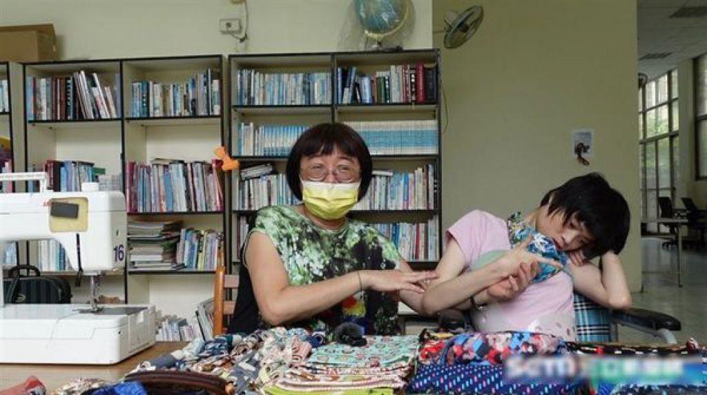 母親張素珠為母則強,堅強照顧女兒長大成人。(三立新聞網)
